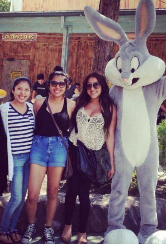 awkward-family-photo-bugs-bunny-checking-out-boobs-six-flags