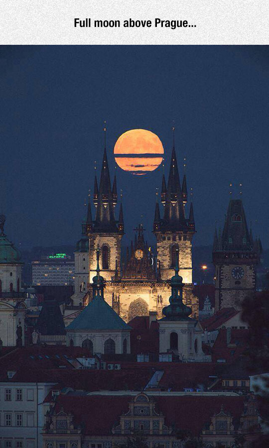 cool-moon-Prague-castle-night