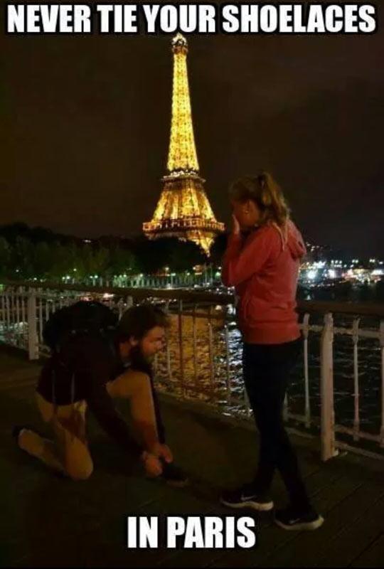 funny-man-shoelaces-Paris-girl-proposal