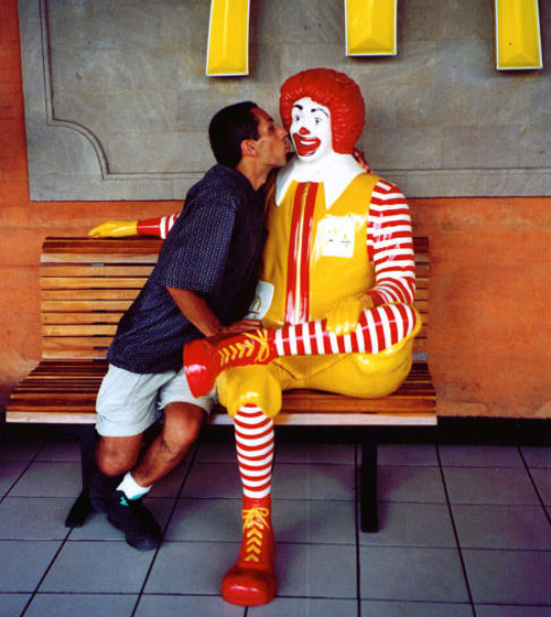 mcdonald-statue-cheek-kiss