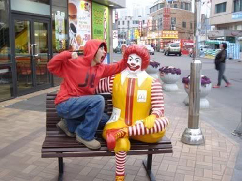 mcdonald-statue-scream-punch
