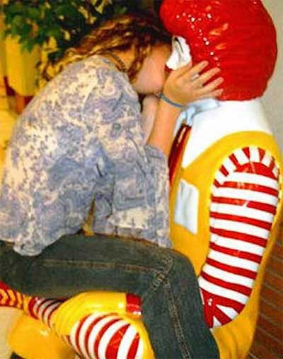 ronald-mcdonald-statue-epic-kiss