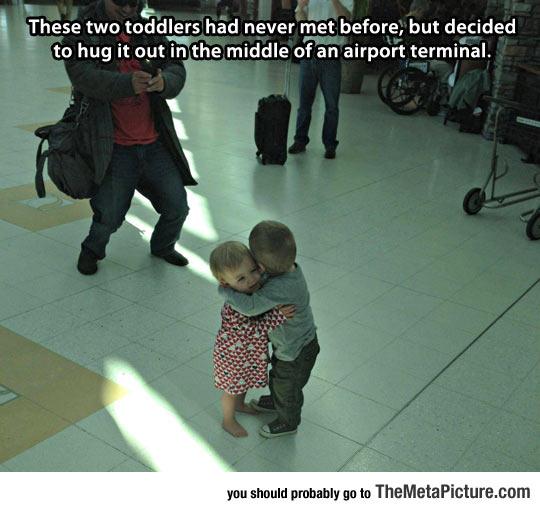 cool-toddlers-hugging-airport