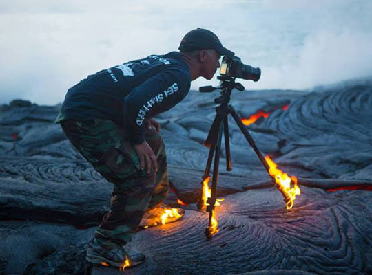 cool-tripod-photographer-fire-lava-volcano