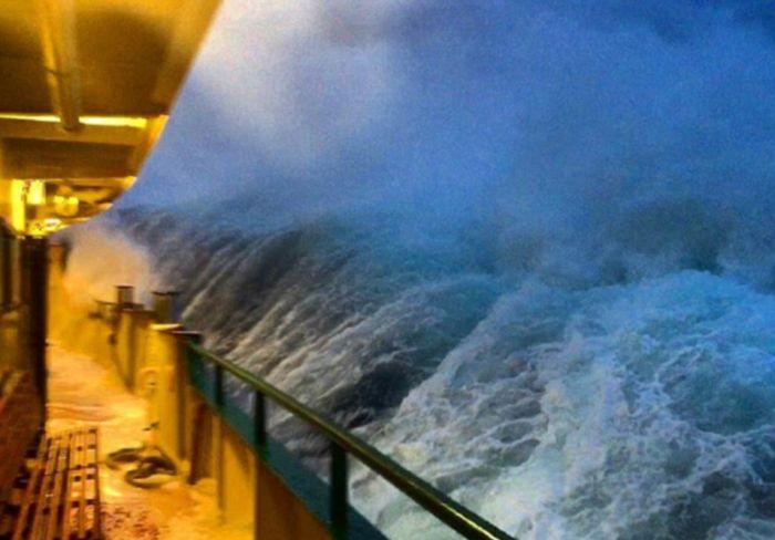 monster_waves_crashing_04