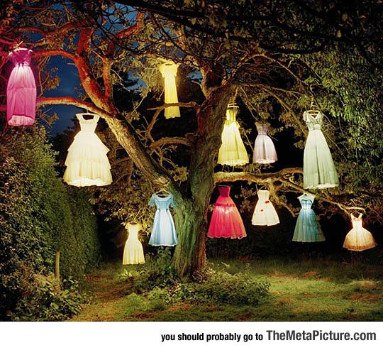 cool-tree-dresses-lanterns-night-decoration