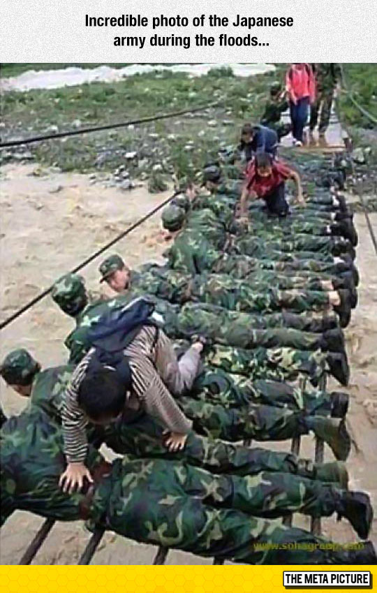 cool-Japanese-army-helping-people